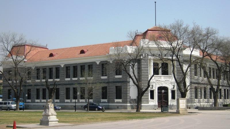 Университет Цинхуа по праву считается лучшим среди всех ВУЗов Китая. В национальном рейтинге он занимает место №1, а в мировом рейтинге, ежегодно составляемом The Times, - №49