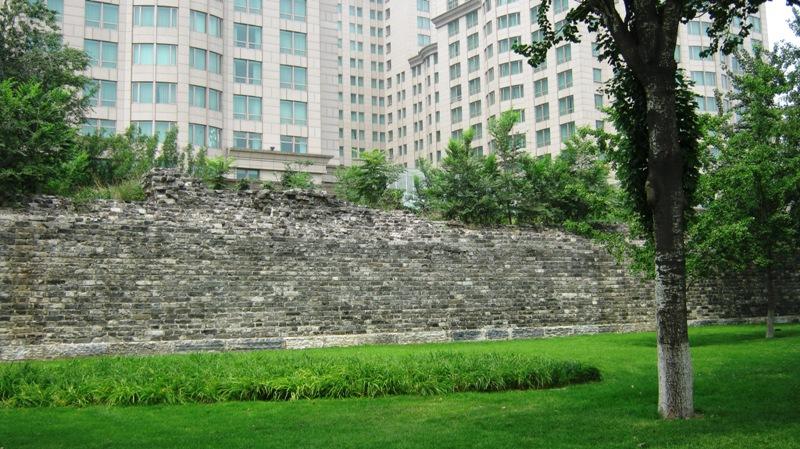 Участки городской стены резко выделяются на фоне современной застройки
