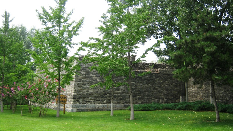 Вдоль участков Городской стены тянется приятная зеленая парковая зона, столь редкая в столице