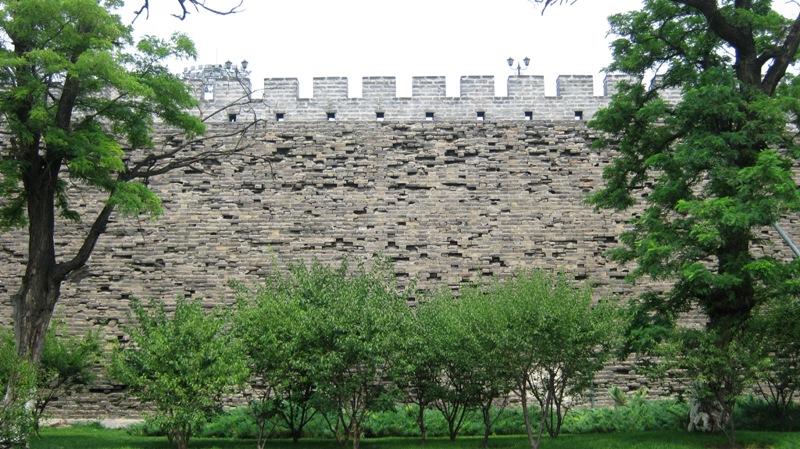 На юго-востоке города, на расстоянии небольшой пешей прогулки от Старой Пекинской обсерватории (станция метро Jianguomen), и сейчас еще можно увидеть уцелевшие участки городской стены