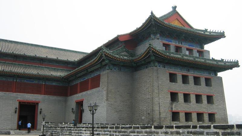 В 14 веке Пекин был окружен Городской стеной, протянувшейся на 23 км и замыкавшей город в кольцо укреплений. Стены была около 15 метров в высоту и в ней имелось 9 ворот, ведущих внутрь города