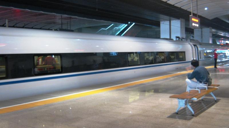 Поезда под номерами с С2001 по С2198 (без остановки) и с С2201 по С2268 (с одной остановкой) ходят ежедневно с Пекинского Южного ж/д вокзала (Станция метро 北京南站)