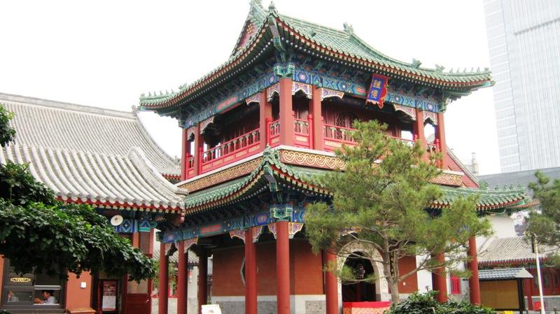 В 10 минутах езды от городской площади на север располагается довольно известный Dabei Monastery (大悲院Dàbēiyuàn, Great Compassion Temple)