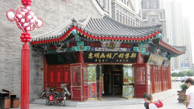 Улица Gǔwénhuàjiē古文化街 заполнена сувенирными лавочками со всяким барахлом, чего тут только нет, от брелков до мебели