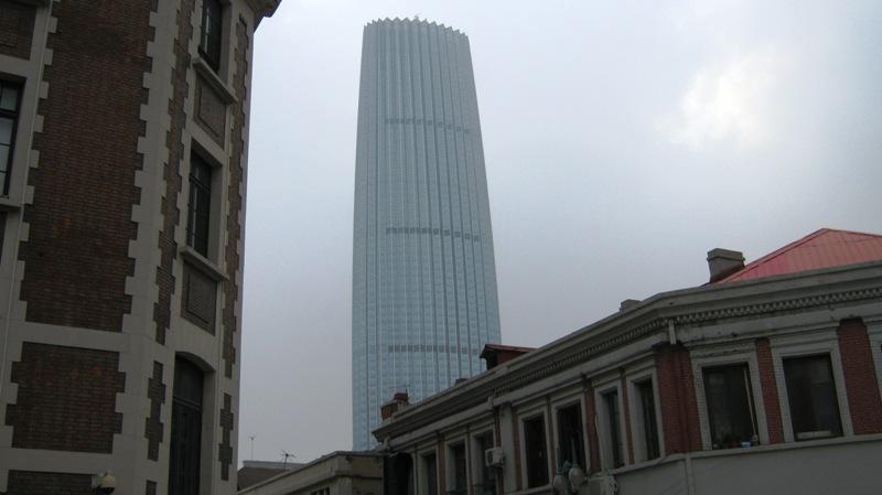 Возле центра города недалеко от ж/д вокзала возвышаются несколько небоскребов. Вообще, ведется масштабная реконструкция города и, кажется, через несколько лет Тяньцзинь будет выглядеть совсем по-другому