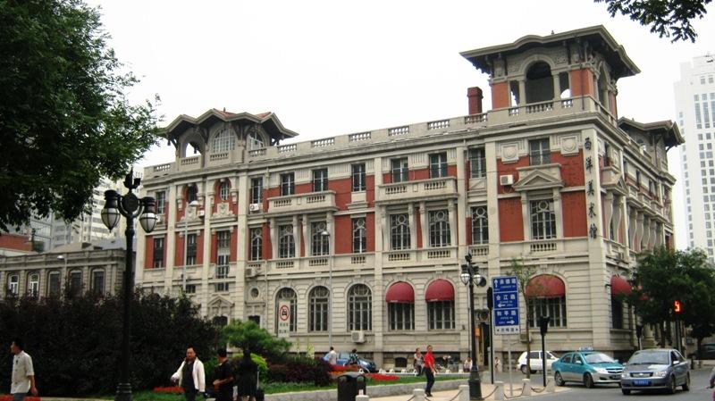 От моста Jiefang Bridge вниз ведет улица Jie Fang Bei Lu (解放北路), которая понравится любителям колониальной архитектуры. В 19 веке во времена открытия портовых городов англичанами для внешней торговли, в этом квартале, располагались западные финансовые учреждения