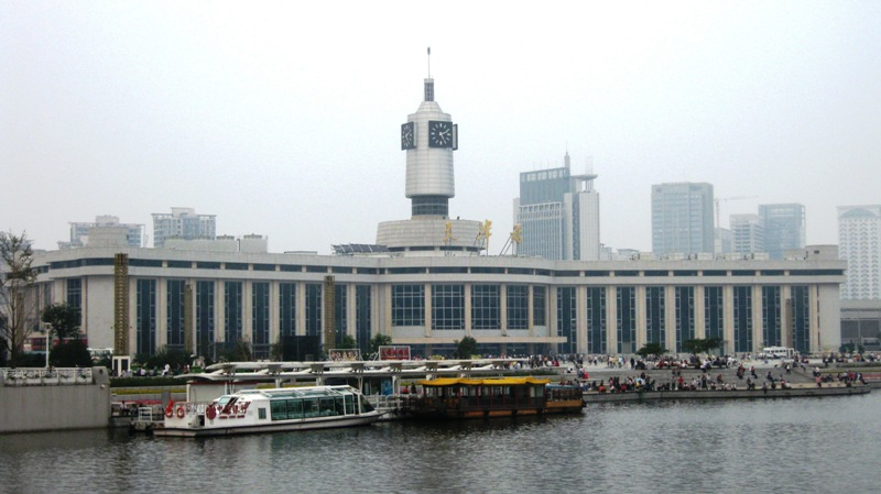 Железнодорожный вокзал расположен в самом центре города, являя собой своеобразную доминанту. С одной стороны – городская площадь и главный транспортный узел, с другой стороны – набережная
