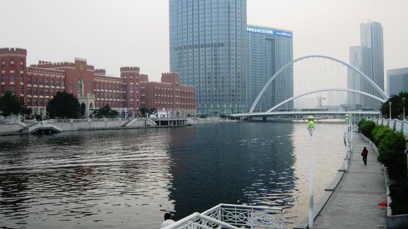 Живописности добавляет река Хайхэ, проходящая через весь город