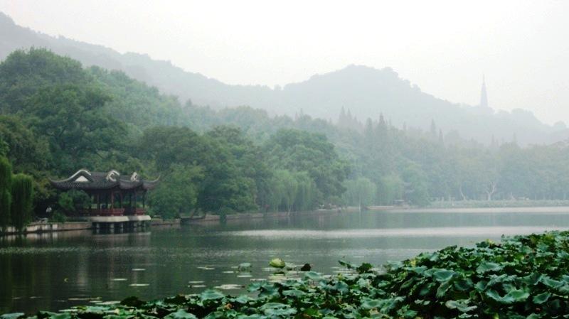 Ханчжоу – прекрасный город в 180 км от Шанхая, знаменитый далеко за пределами Китая своими чайными плантациями и природными красотами. По преданию венецианский путешественник Марко Поло открыл китайский город для Европы в 13 веке и был восхищен местной природой