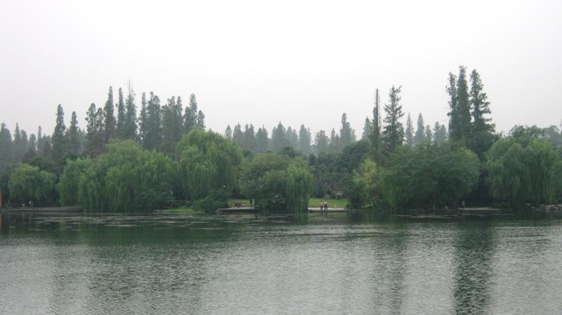 West Lake в Ханчжоу – одно из мест, которое стоит непременно посетить в Китае. По преданию венецианский путешественник Марко Поло открыл китайский город для Европы в 13 веке и был восхищен местными красотами