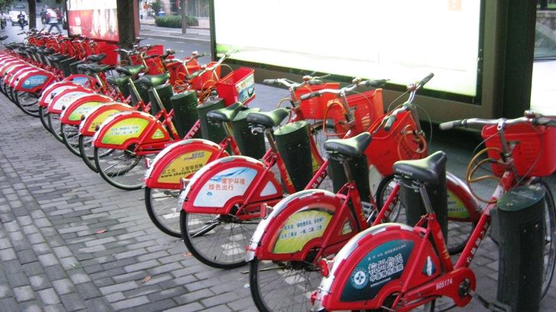 В Ханчжоу можно брать велосипеды в аренду, пункты прокаты встречаются на каждом шагу. Для аренды байка Вам нужно удостоверение личности и 300 юаней, из них 200 – залог