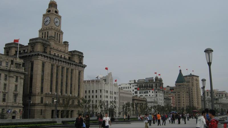 В середине 19 века Бунд в Шанхае был домом для иностранной торговли. С тех пор Шанхай развивался с ошеломляющей скоростью и вырос в крупнейший коммерческий центр Китая и всей Азии